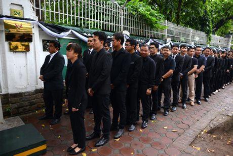 Doan nguoi xep hang vieng nha vua Thai Lan tai Ha Noi - Anh 3