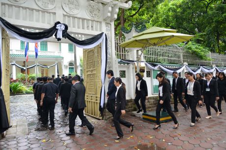 Doan nguoi xep hang vieng nha vua Thai Lan tai Ha Noi - Anh 5