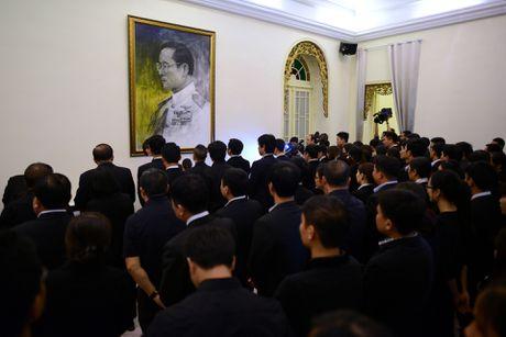 Doan nguoi xep hang vieng nha vua Thai Lan tai Ha Noi - Anh 9