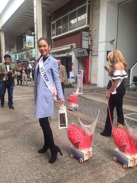 Phuong Linh duoc BTC Hoa hau Quoc te 2016 mung sinh nhat - Anh 11