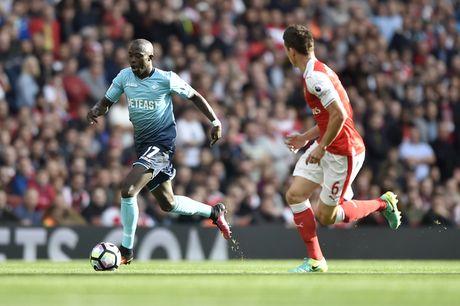 Arsenal vs Swansea (0-0, H1): Bong trung xa doi khach - Anh 3