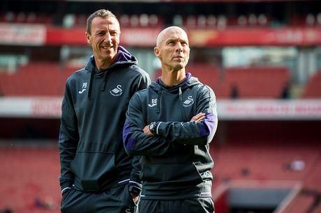 Arsenal vs Swansea (0-0, H1): Bong trung xa doi khach - Anh 6