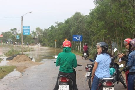 Dan Quang Tri vung vay giua dong nuoc lu - Anh 6