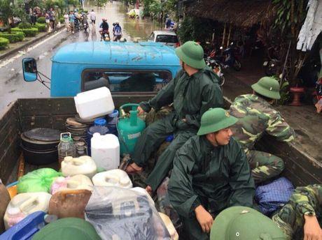 Quan doi giai cuu tau SE19 bi lu vay o Quang Binh - Anh 1