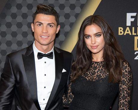 Ronaldo 'lam than' voi sieu mau giong het nguoi yeu cu - Anh 3