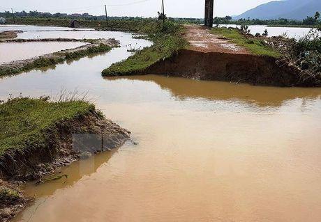 Quang Binh: Mua lu keo dai lam vo de tai huyen Bo Trach - Anh 1