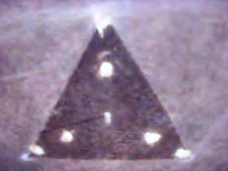 Nhan chung ke lai lan nhin thay UFO tam giac tang hinh - Anh 4
