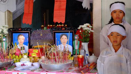 Quang Binh: Da tim thay thi the hai cha con di tha luoi mat tich - Anh 1