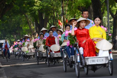 Gan 200 nghe si, thieu nu dieu hanh ao dai tren duong pho Ha Noi - Anh 1