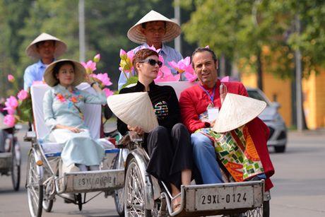 Gan 200 nghe si, thieu nu dieu hanh ao dai tren duong pho Ha Noi - Anh 5