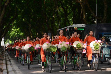 Gan 200 nghe si, thieu nu dieu hanh ao dai tren duong pho Ha Noi - Anh 6