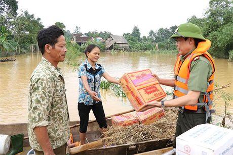 Cong an Ha Tinh: Tang 1.000 suat qua cho nguoi dan vung lu - Anh 10
