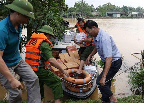 Cong an Ha Tinh: Tang 1.000 suat qua cho nguoi dan vung lu - Anh 1