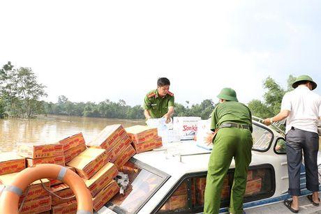 Cong an Ha Tinh: Tang 1.000 suat qua cho nguoi dan vung lu - Anh 9