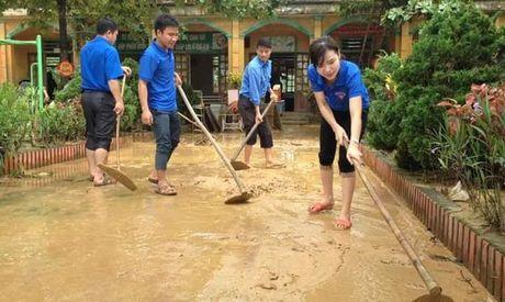 Khan truong khac phuc hau qua 10 truong hoc tai ron lu Huong Khe - Anh 1
