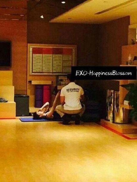 Fan cuong cai camera quay len trong khach san cua nhom nhac Han Quoc - Anh 2