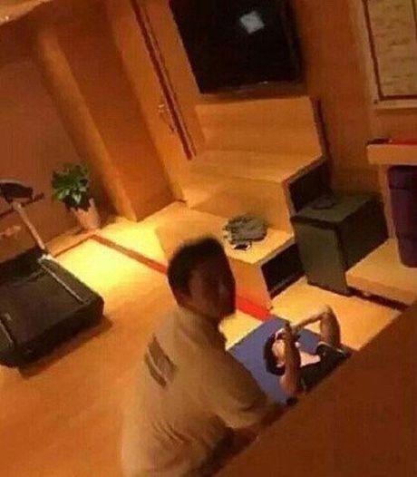 Fan cuong cai camera quay len trong khach san cua nhom nhac Han Quoc - Anh 3