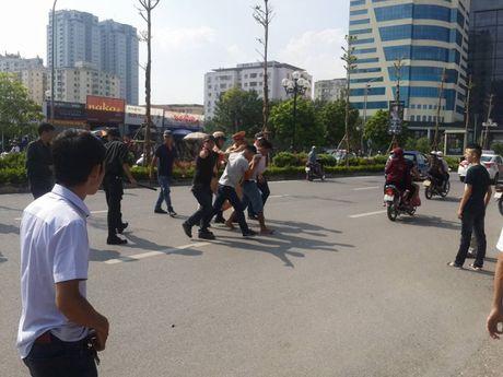 Ha Noi: Gap 141, vut xe may bo chay thuc mang - Anh 1