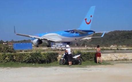 Boeing 757 cat canh thoi bay nguoi va xe xuong bien - Anh 1