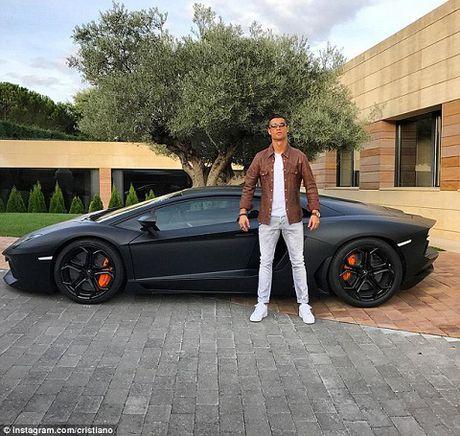 Cristiano Ronaldo khoe sieu xe sau chien thang tung bung truoc Betis - Anh 1