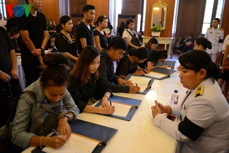 Nguoi dan Thai Lan xep hang dai ca cay so de vieng Vua - Anh 5