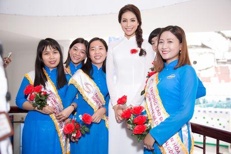 Pham Huong ve tham truong cu, tang hoc bong cho cac ban sinh vien - Anh 1