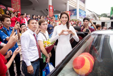 Pham Huong ve tham truong cu, tang hoc bong cho cac ban sinh vien - Anh 2