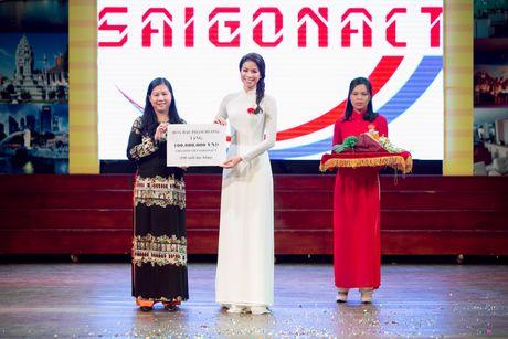 Pham Huong ve tham truong cu, tang hoc bong cho cac ban sinh vien - Anh 3