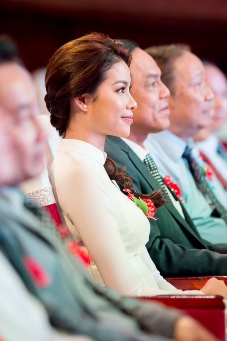 Pham Huong ve tham truong cu, tang hoc bong cho cac ban sinh vien - Anh 5