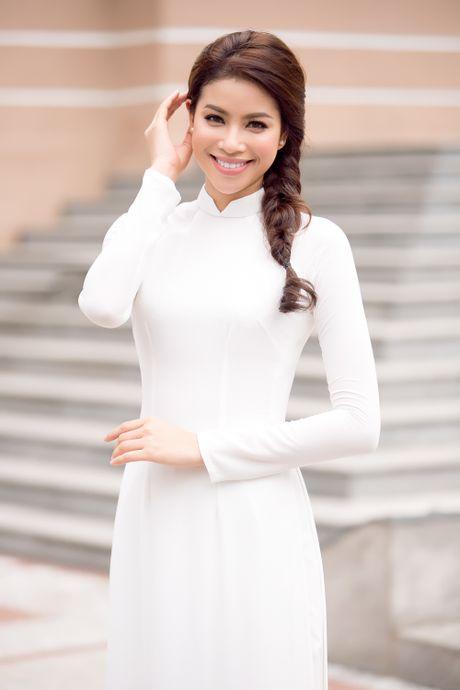 Pham Huong ve tham truong cu, tang hoc bong cho cac ban sinh vien - Anh 7
