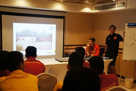 U19 Viet Nam lang nguoi vi lu lut mien Trung - Anh 1