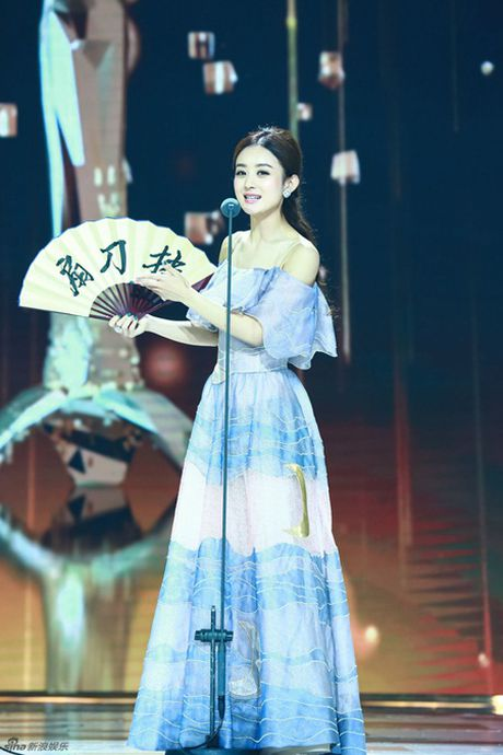 Trieu Le Dinh an banh bao mung sinh nhat tai Le trao giai Kim Ung 2016 - Anh 11