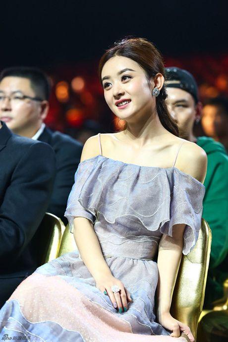 Trieu Le Dinh an banh bao mung sinh nhat tai Le trao giai Kim Ung 2016 - Anh 12