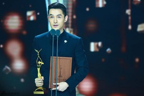 Trieu Le Dinh an banh bao mung sinh nhat tai Le trao giai Kim Ung 2016 - Anh 4