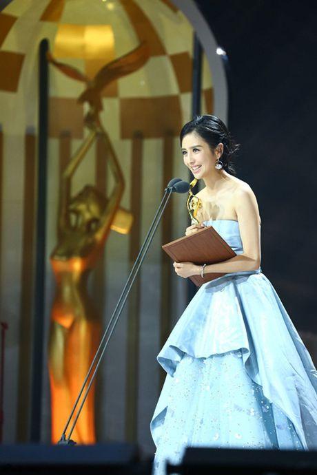 Trieu Le Dinh an banh bao mung sinh nhat tai Le trao giai Kim Ung 2016 - Anh 6