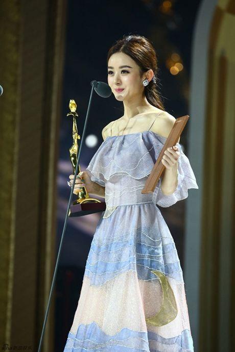 Trieu Le Dinh an banh bao mung sinh nhat tai Le trao giai Kim Ung 2016 - Anh 7