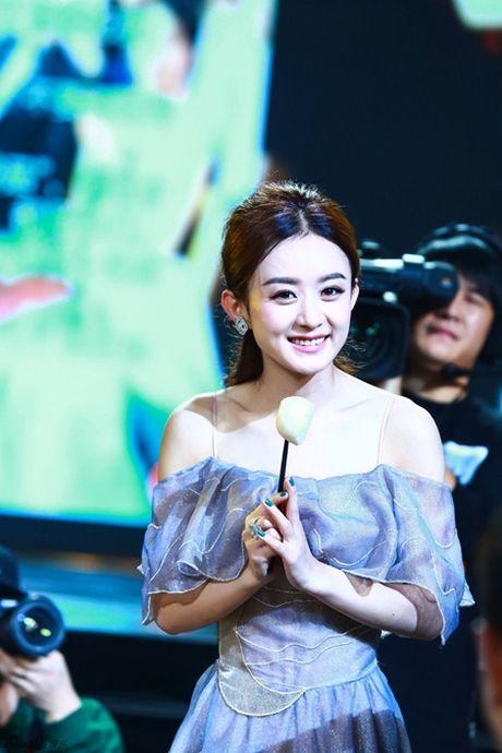 Trieu Le Dinh an banh bao mung sinh nhat tai Le trao giai Kim Ung 2016 - Anh 8