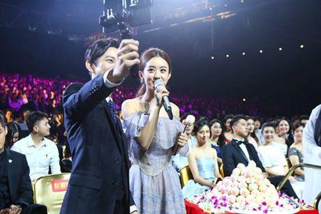 Trieu Le Dinh an banh bao mung sinh nhat tai Le trao giai Kim Ung 2016 - Anh 9