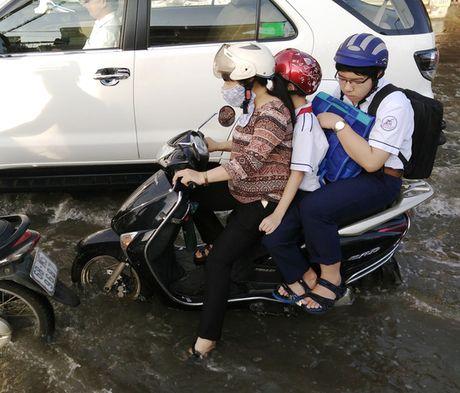 Chon chan, dam nuoc tren duong Huynh Tan Phat - Anh 3