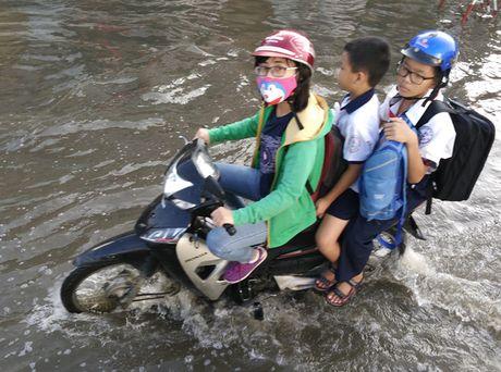 Chon chan, dam nuoc tren duong Huynh Tan Phat - Anh 4