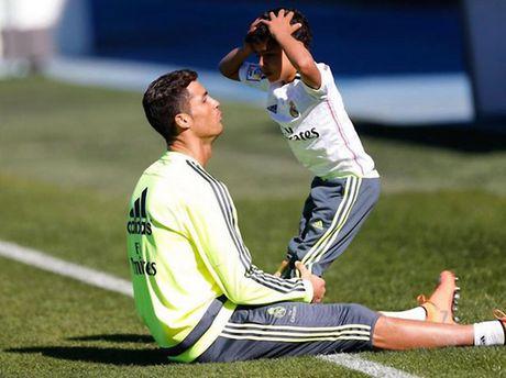 Quy tu Ronaldo ghi ban tran ra mat Pozuelo - Anh 1