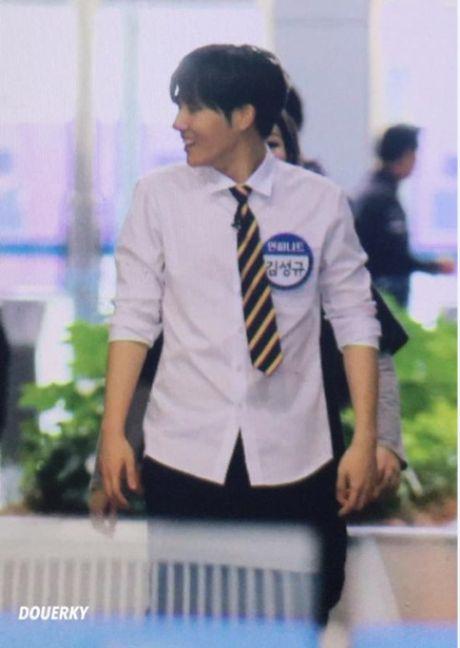Idol nam Kpop hot nho anh fan chup bang dien thoai - Anh 5