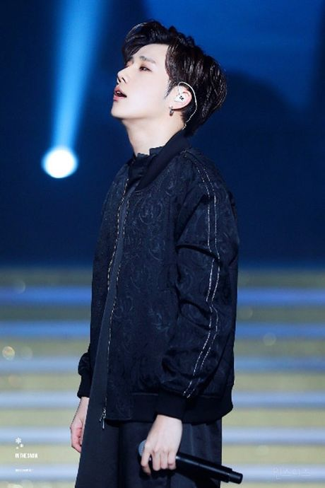 Idol nam Kpop hot nho anh fan chup bang dien thoai - Anh 8