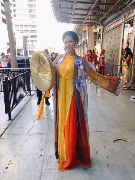 Nguyen Thi Loan toa sang voi ao tu than tai Hoa hau hoa binh quoc te 2016 - Anh 4