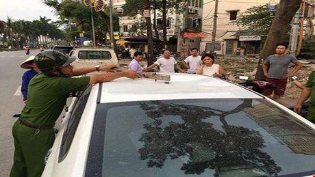 Ha Noi: Thanh sat tren cao bat ngo roi trung xe o to 4 cho - Anh 1