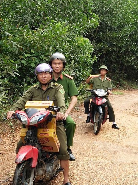 Cong an Huong Khe huy dong gan 100 CBCS xuong giup dan trong mua lu - Anh 2