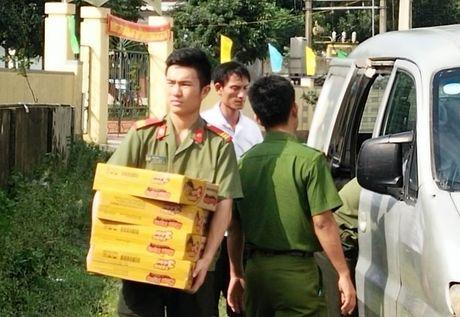 Cong an Huong Khe huy dong gan 100 CBCS xuong giup dan trong mua lu - Anh 5