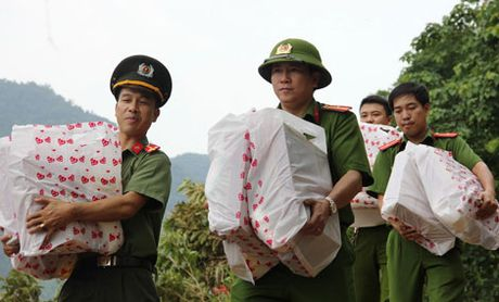 Bao CAND va gia dinh ong Vo Van Bay den voi ba con vung tam lu - Anh 2