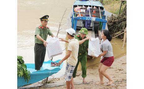 Bao CAND va gia dinh ong Vo Van Bay den voi ba con vung tam lu - Anh 3