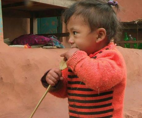 Be trai Nepal 'moc' them tay o... lung - Anh 1